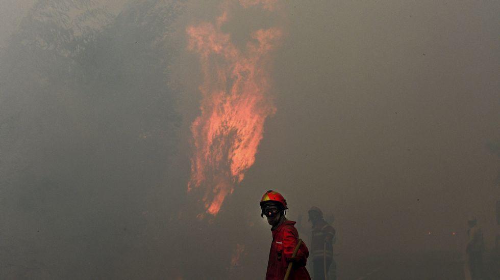 Un bombero trabaja en la extinción de un incendio en el pueblo de Freixo, en Marco de Canaveses, en el norte del país