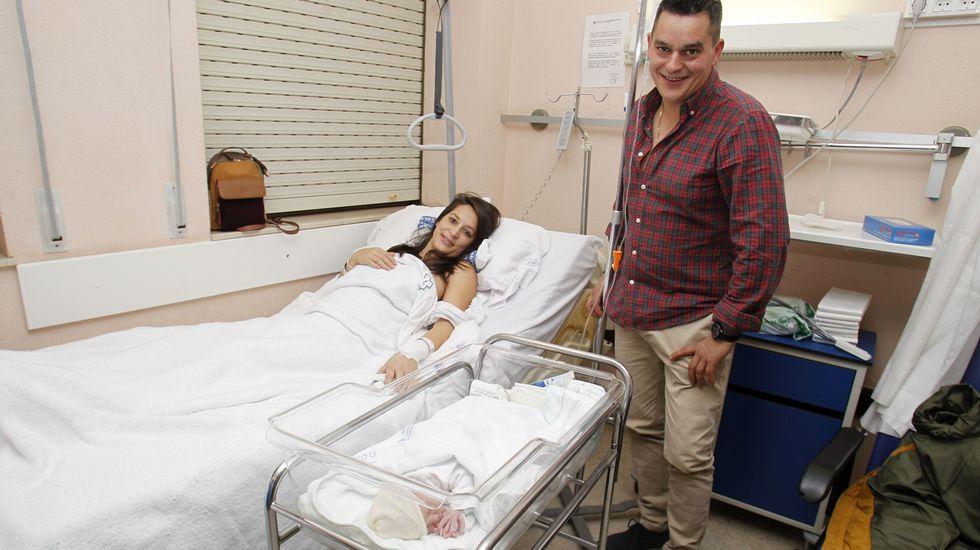 Visitas de los Reyes Magos a Monforte y Sober.María José Besteiro Sánchez y Santiago Varela López, con su hija Leire, la primera bebé que vino al mundo en el hospital de Monforte en el 2019