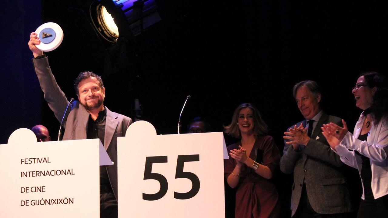 El actor Ugo Broussot alza el premio al Mejor Largometraje por «En attendant les barbares»