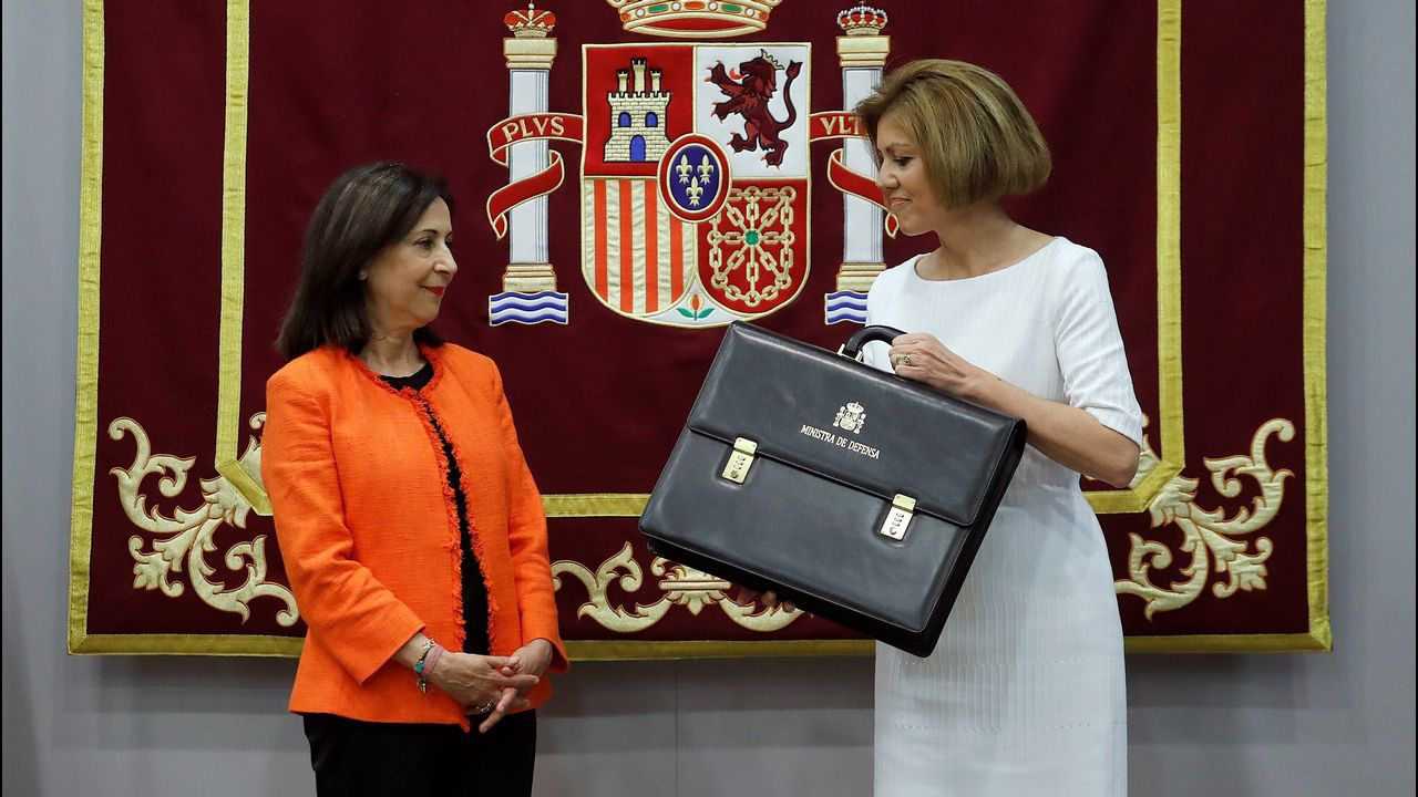 La ministra de Defensa, Margarita Robles, posa junto a su predecesora en el cargo, María Dolores de Cospedal, durante la ceremonia de traspaso de cartera en el Ministerio de Defensa en Madrid