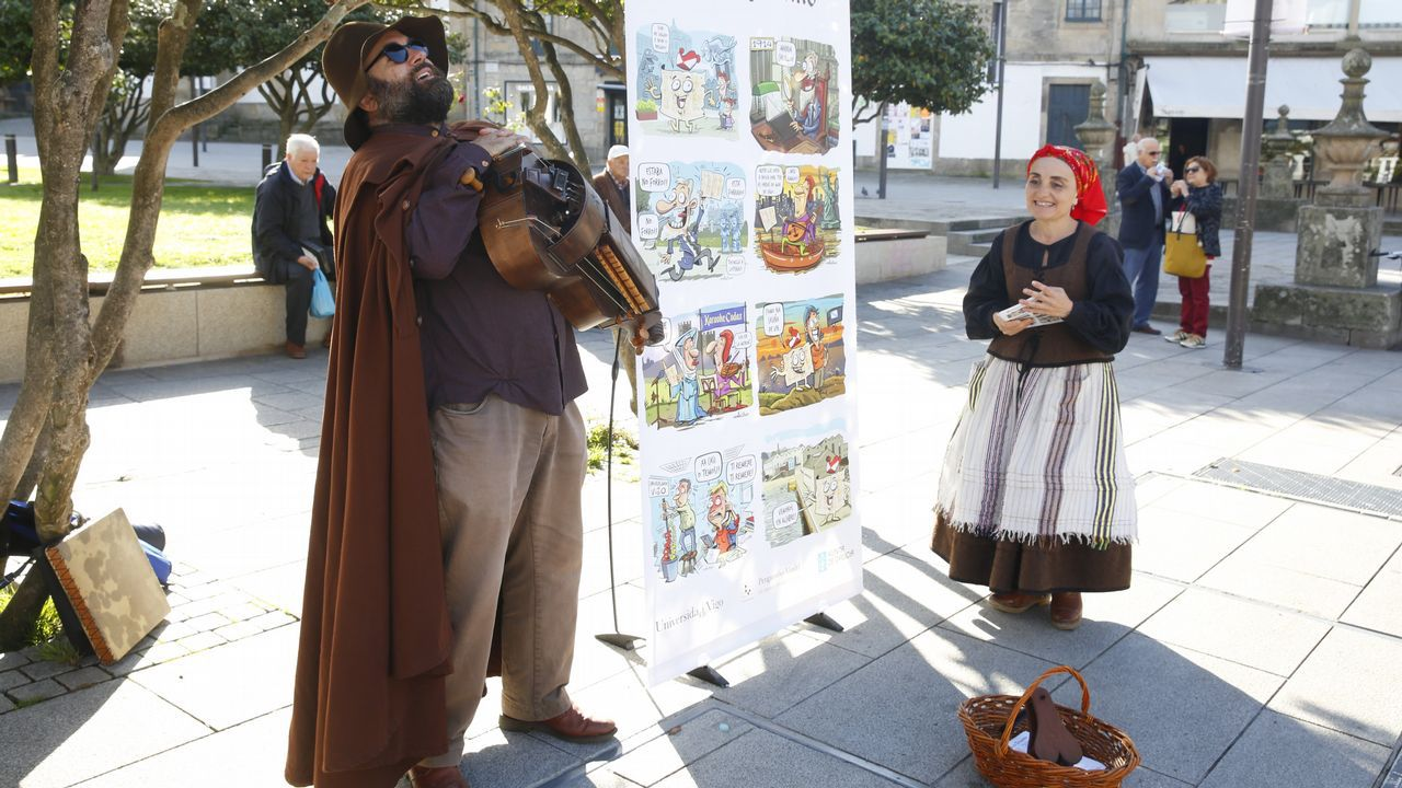 Pontevedra revive la tradición del cantar de ciego para celebrar el regreso del pergamino Vindel. Estatua en bronce de Hermann Hess en su ciudad natal, Calw (Alemania)
