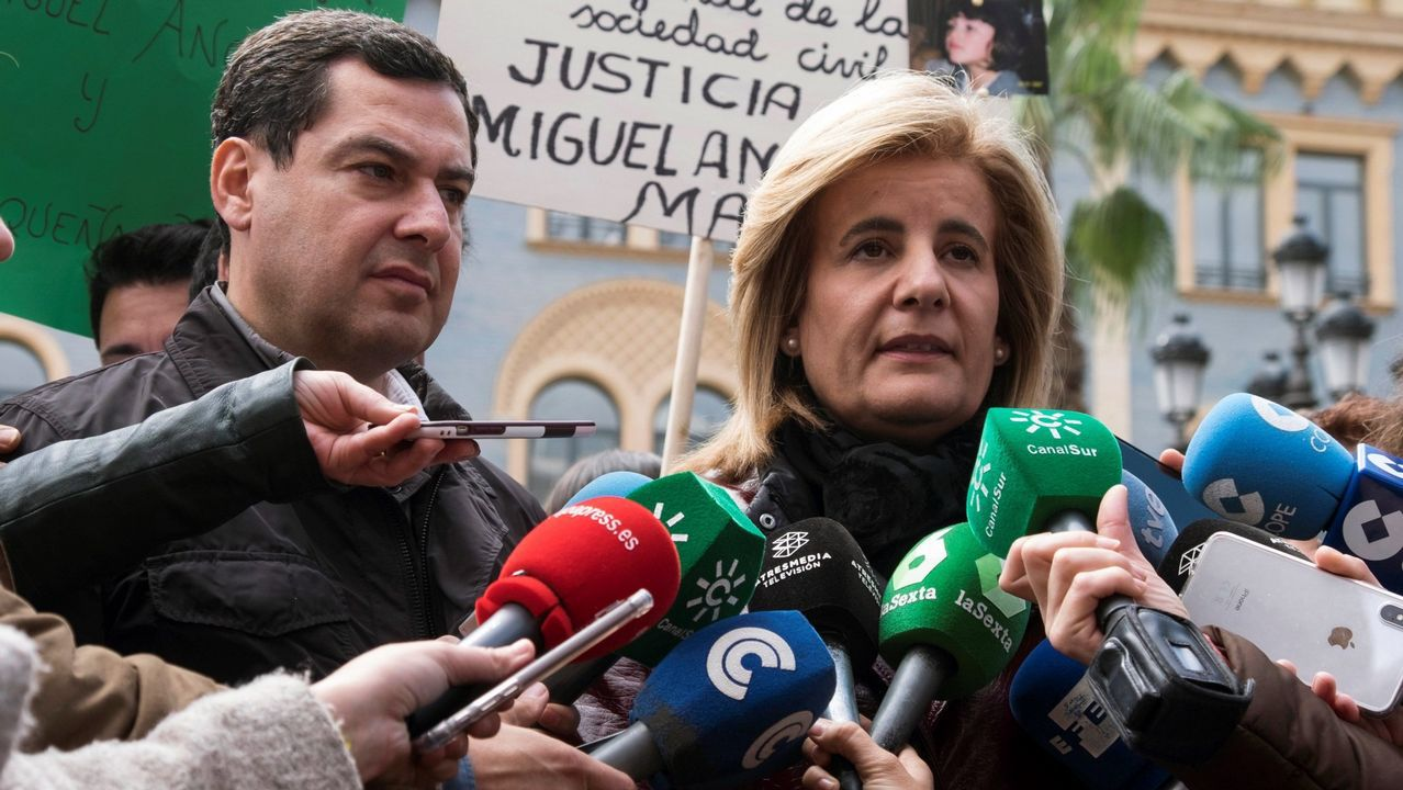 La ministra de Empleo, Fátima Báñez, y el presidente del PP andaluz, Juanma Moreno, en la concentración de Huelva