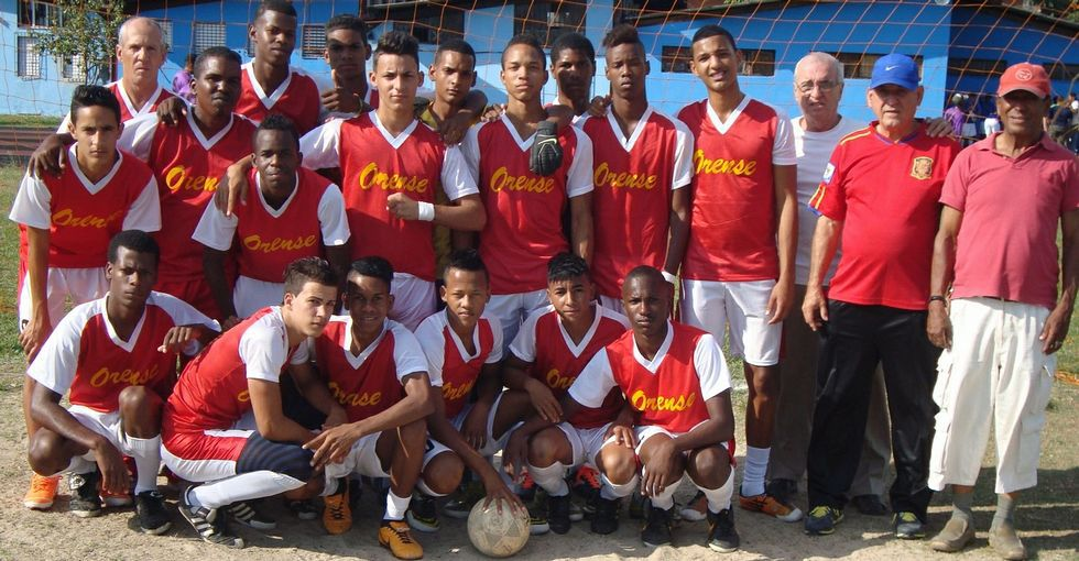 El fútbol es una de las actividades que mantiene el centro ourensano en Cuba.