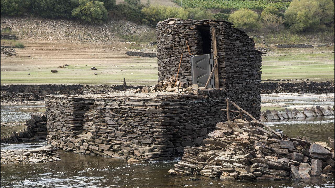 .Sobre la pía de un caneiro se conserva una caseta de piedra que en tiempos albergó a los pescadores de anguilas