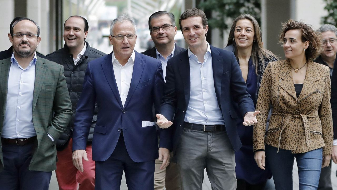 El PP tumba en el Senado la senda de déficit del Gobierno.Pedro Sánchez, aplaudido por Carmen Calvo tras intervenir en el Senado, respondió a quienes exigen la ilegalización de fuerzas secesionistas que «los problemas se solucionan, no se prohíben»