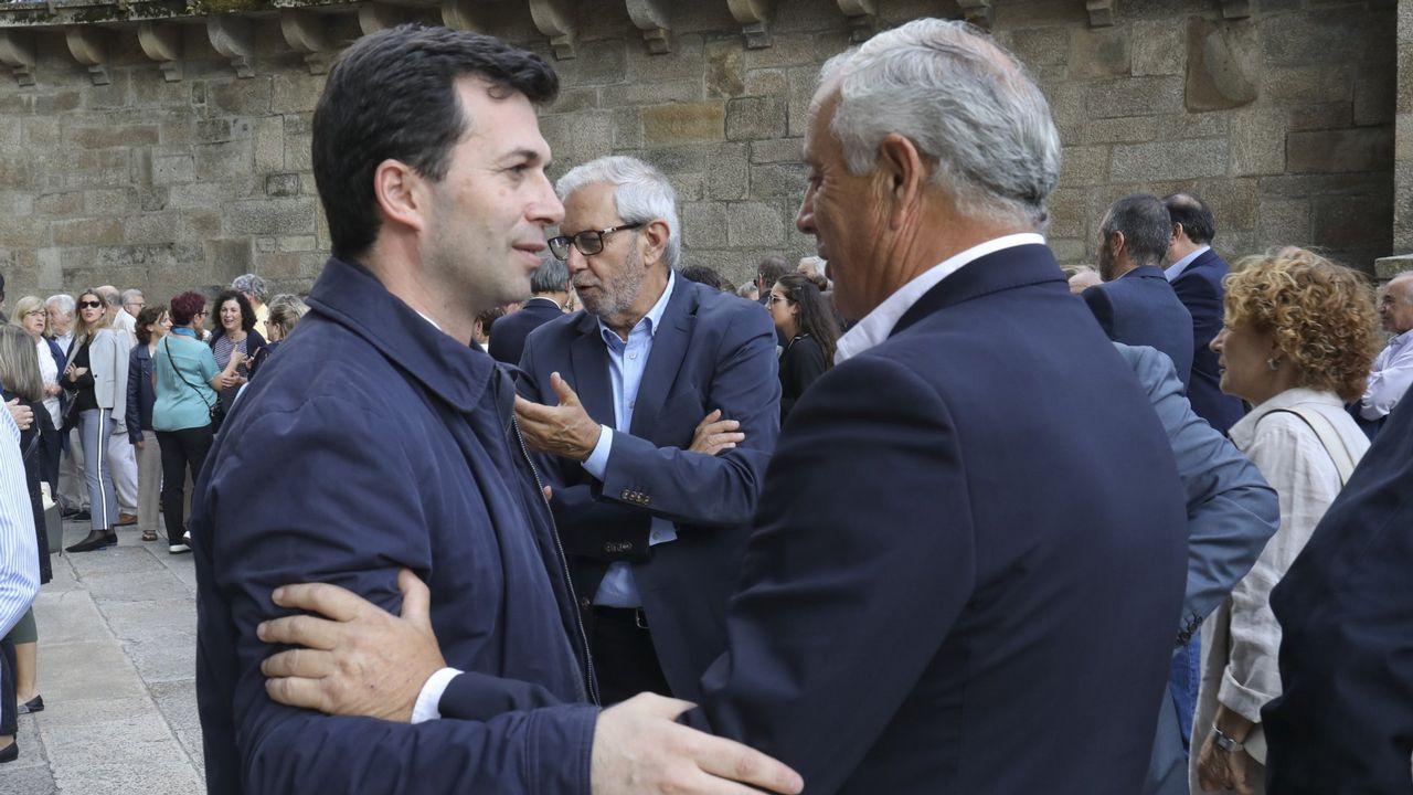 Feijoo presume de hospitales y centros de salud públicos en su mensaje de Año Nuevo.Gonzalo Caballero y Pachi Vázquez se saludan en el funeral de Miguel Cortizo