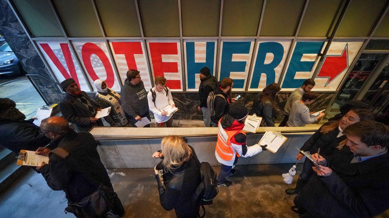 Votantes en un colegio de Minneapolis: