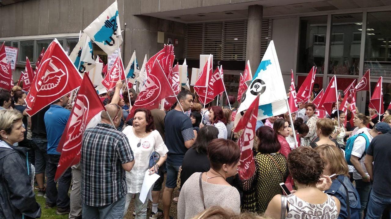 .Protesta de los trabajadores de la limpieza ante la sede de FADE