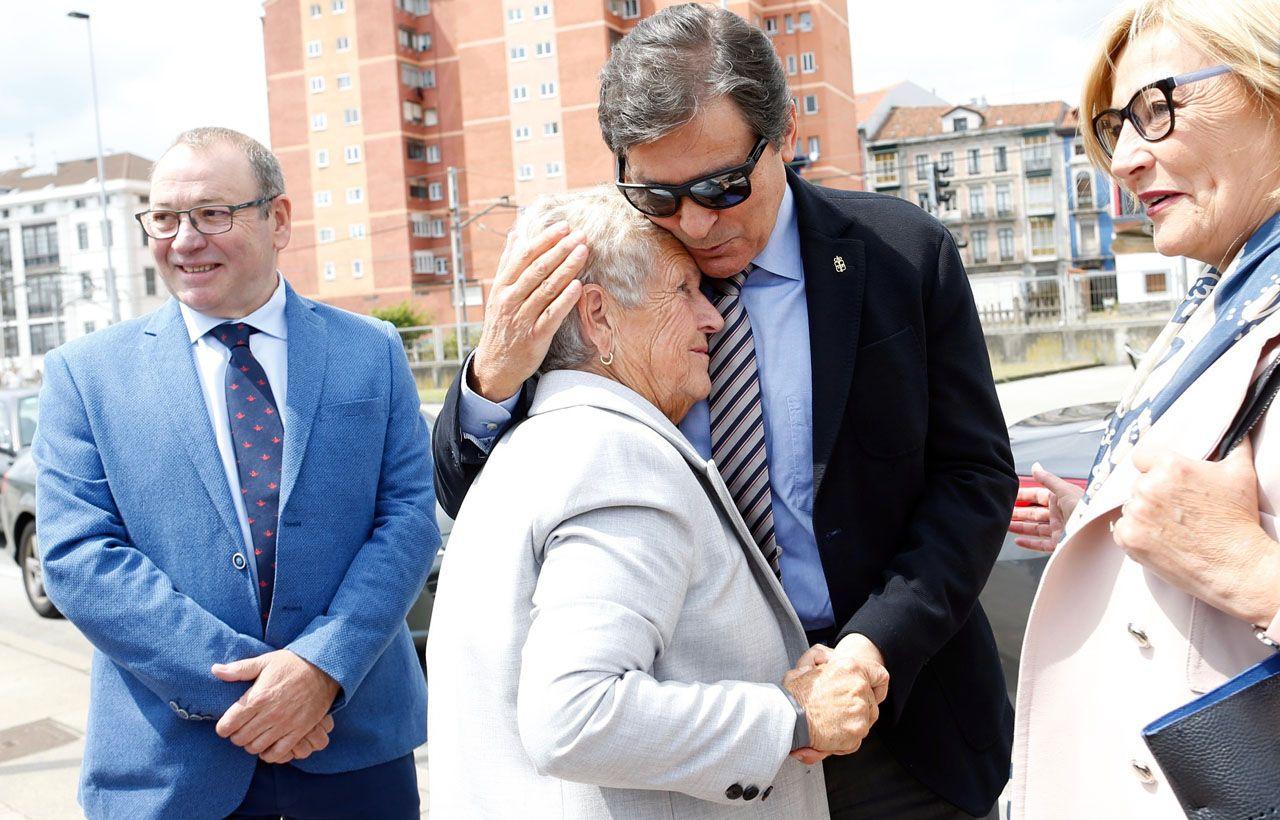 El presidente del Principado, Javier Fernández, besa a Juana María Esparta, viuda de Manuel Ponga, en presencia de la alcaldesa de Avilés, Mariví Monteserín, y el presidente de la Autoridad Portuaria, Santiago Rodríguez Vega