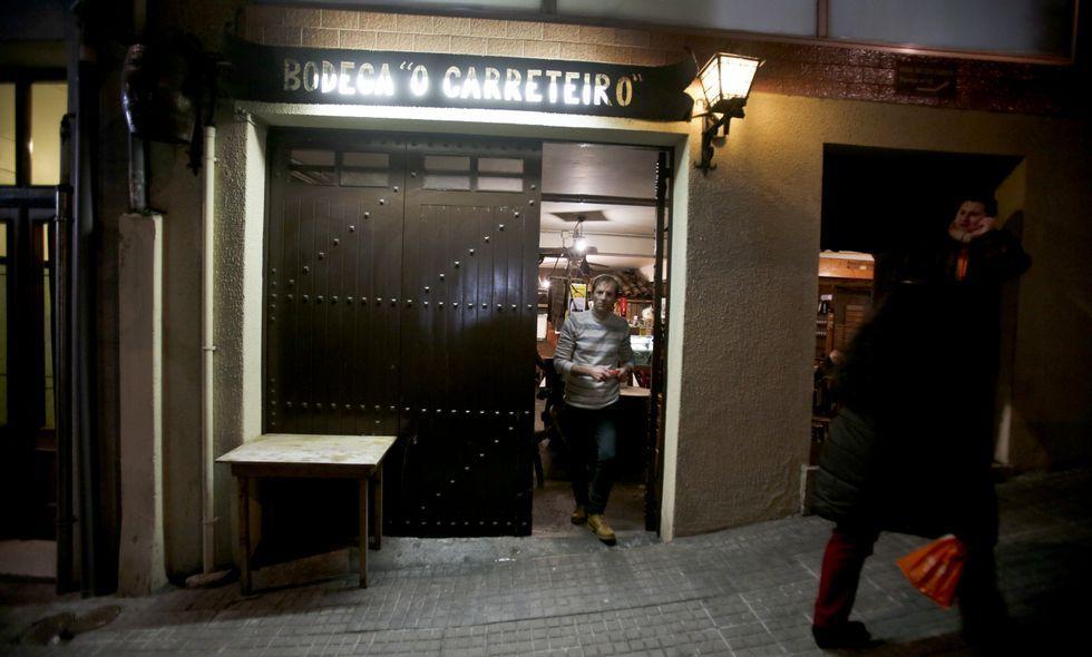 Los delincuentes reventaron con un coche el portalón de la bodega O Carreteiro.