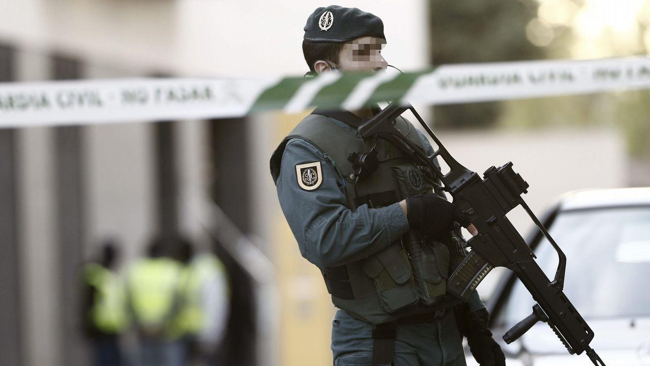 whatsapp.Imagen de archivo de un agente durante un registro de la Guardia Civil en Burlada en una operación antiterrorista