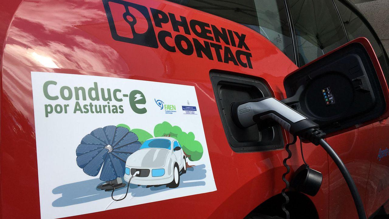 Atasco en el acceso a Oviedo.Recarga de un coche eléctrico
