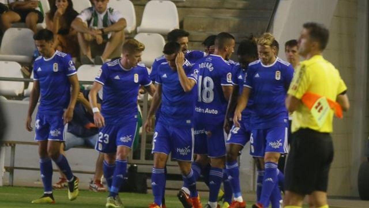 Los jugadores del Real Oviedo en un momento del partido contra el Córdoba