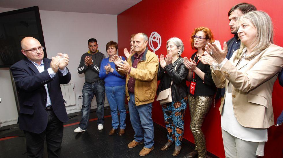 Caras largas en la sede local del PSOE en Santiago. La formación de Paco Reyes pasa de 9 concejales a 4.