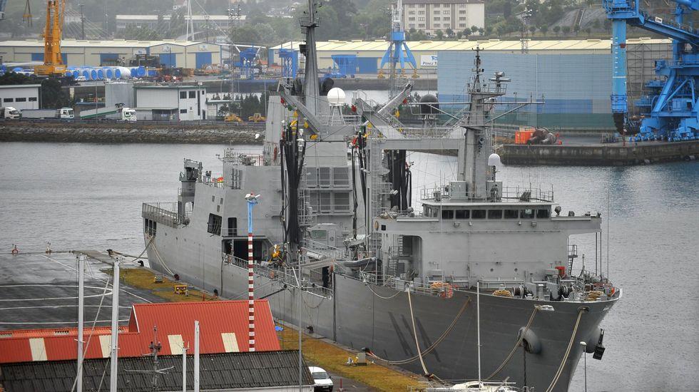 El «Patiño», aprovisionándose en la base naval de A Graña.