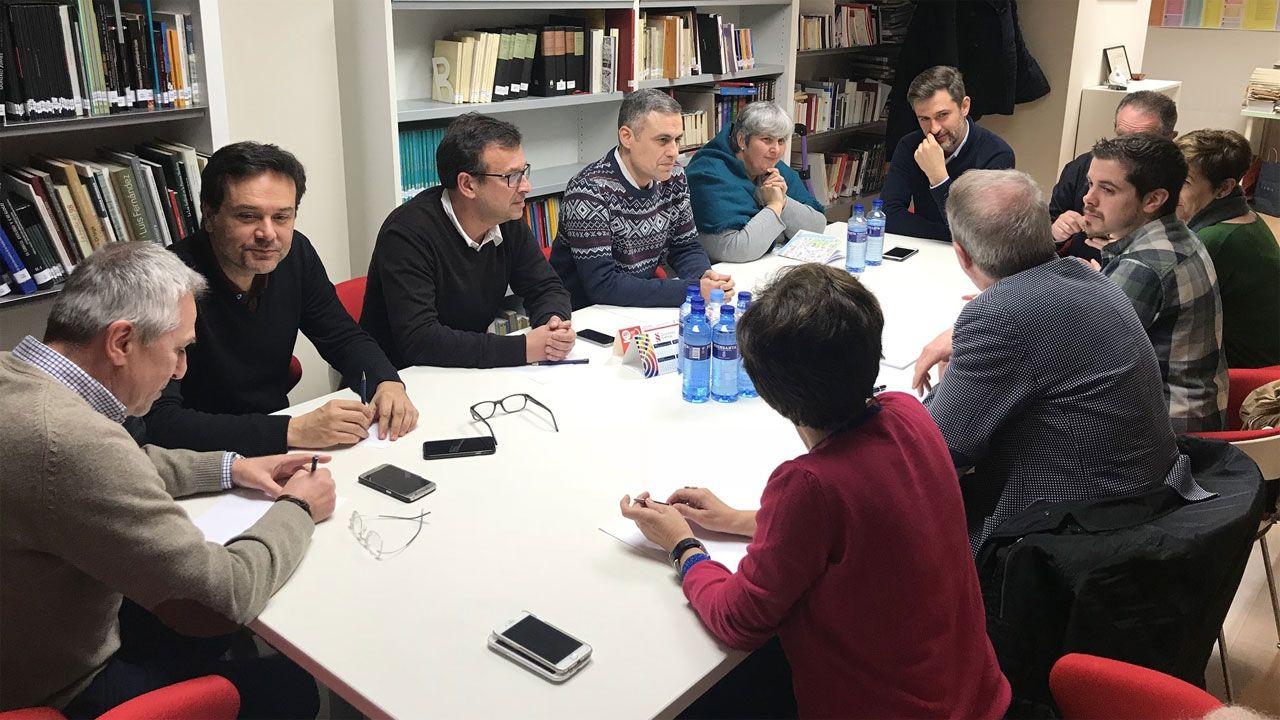 Obras en la variante de Pajares.Un momento de la reunión entre PSOE e IU en la Casa del Pueblo