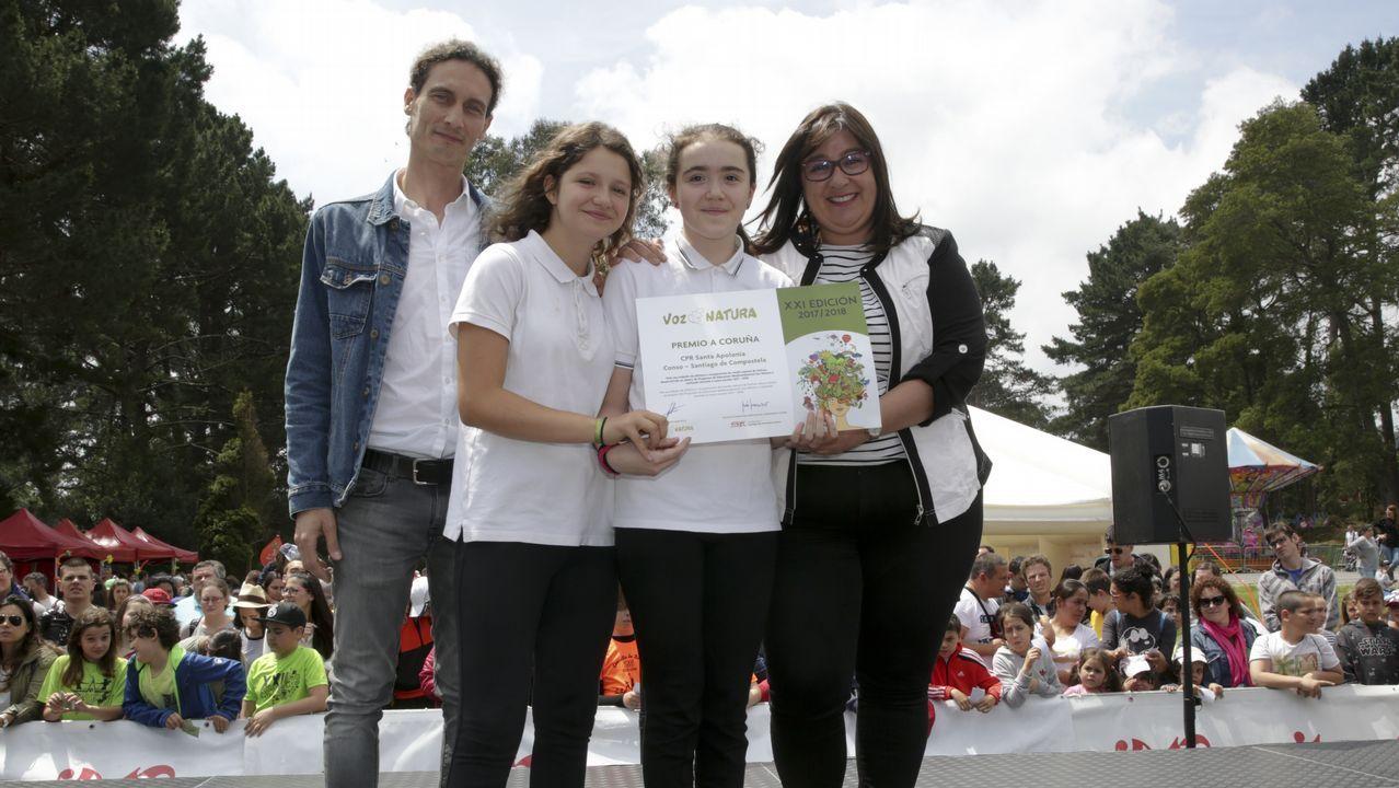 Patricia Blanco Fidalgo, en representación de la Deputación da Coruña, entrega el Premio Voz Natura, provincia de A Coruña al CPR Santa Apolonia (Santiago de Compostela). Recogen Kechu Couso Cambeiro (coordinador), Martina Couso Izquierdo y Danna del Campo Feijoo (alumnos)