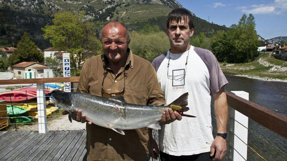 Abel Sousa (izquierda) posa con el primer salmón de la temporada en el Cares.Abel Sousa (izquierda) posa con el primer salmón de la temporada en el Cares