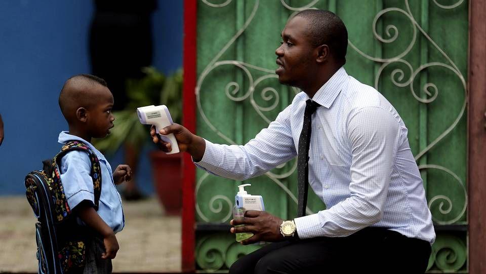 En Nigeria toman la fiebre a diario a los escolares antes de entrar en el colegia