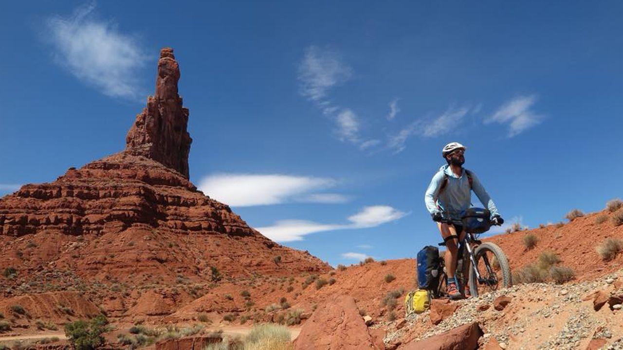 Juan sin Miedo en su travesía por el continente americano.Juan Menendez Granados en el Valle de los Dioses (Monument Valley)