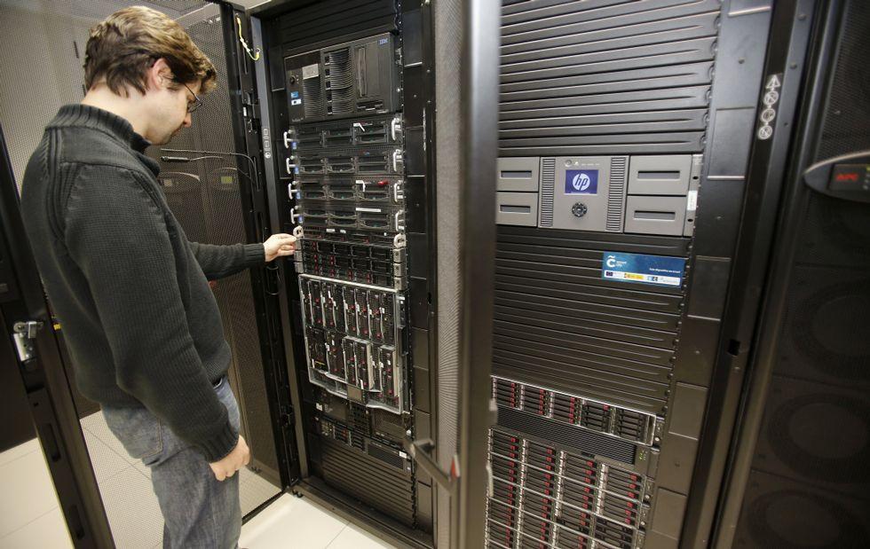 Un trabajador, ante uno de los servidores que alojan la plataforma Smart City.