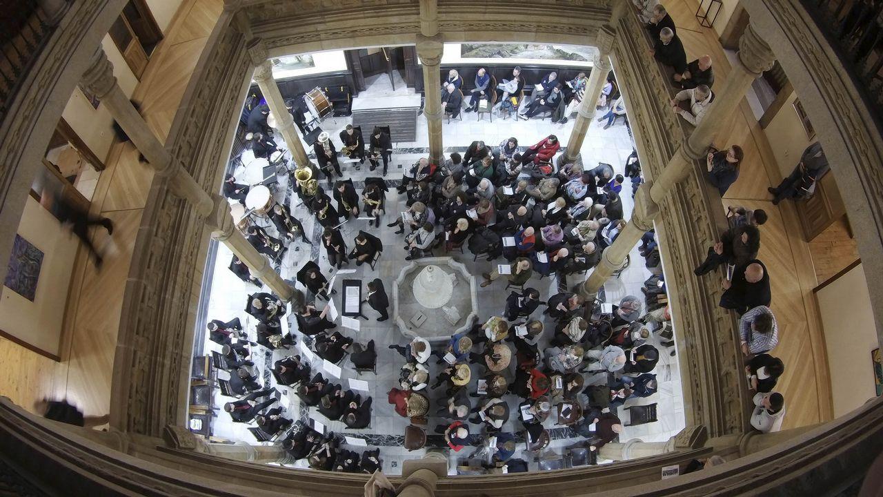 El Concello de Vigo distingue a Santiago Rey Fernández-Latorre en el 50 aniversario de La Voz en la ciudad.O domingo fareleiro adiantou o entroido en Xinzo