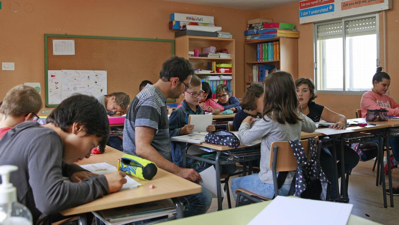 Un claustro de ocho profesores es obligatoriamente cercano a los alumnos. Javier, el director, no escatima esfuerzos para apoyar el trabajo de sus chicos y chicas