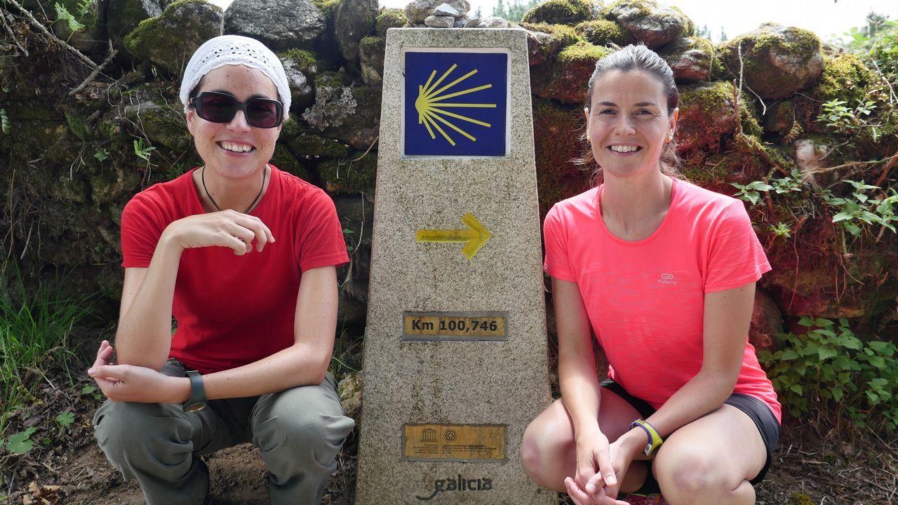 Peregrinas de Bilbao al lado de un mojón que marca la distancia a Santiago. Cada señal, una alegría