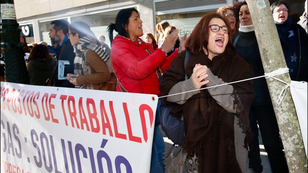 Concentración de trabajadores y representantes sindicales de Povisa para protestar por la situación del hospital.Parte de los equipos de la Consellería de Sanidade y de Povisa, en una visita al hospital