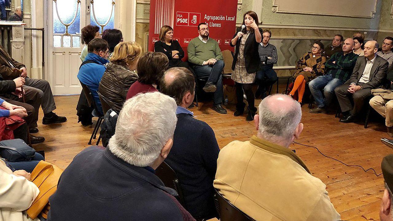 Adriana Lastra interviene, ante la mirada de Adrián Barbón y Gimena Llamedo, en un acto de la agrupación socialista de Llanes