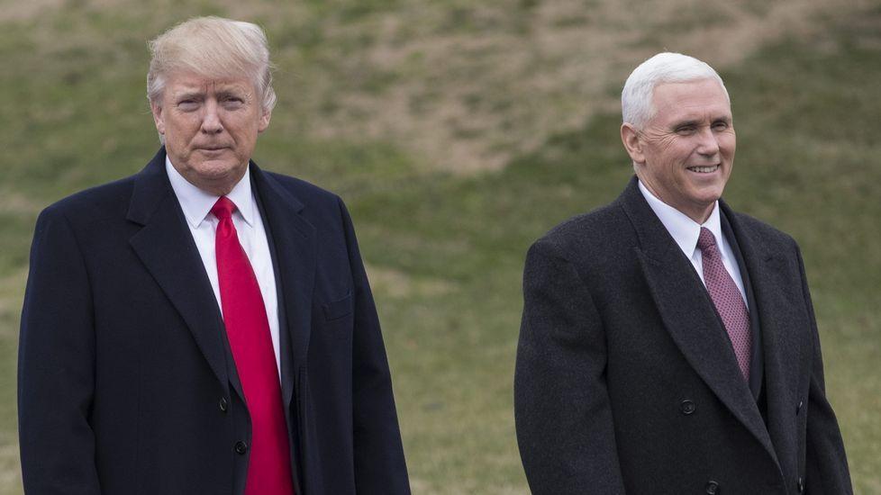 .Pence, a la derecha de Trump