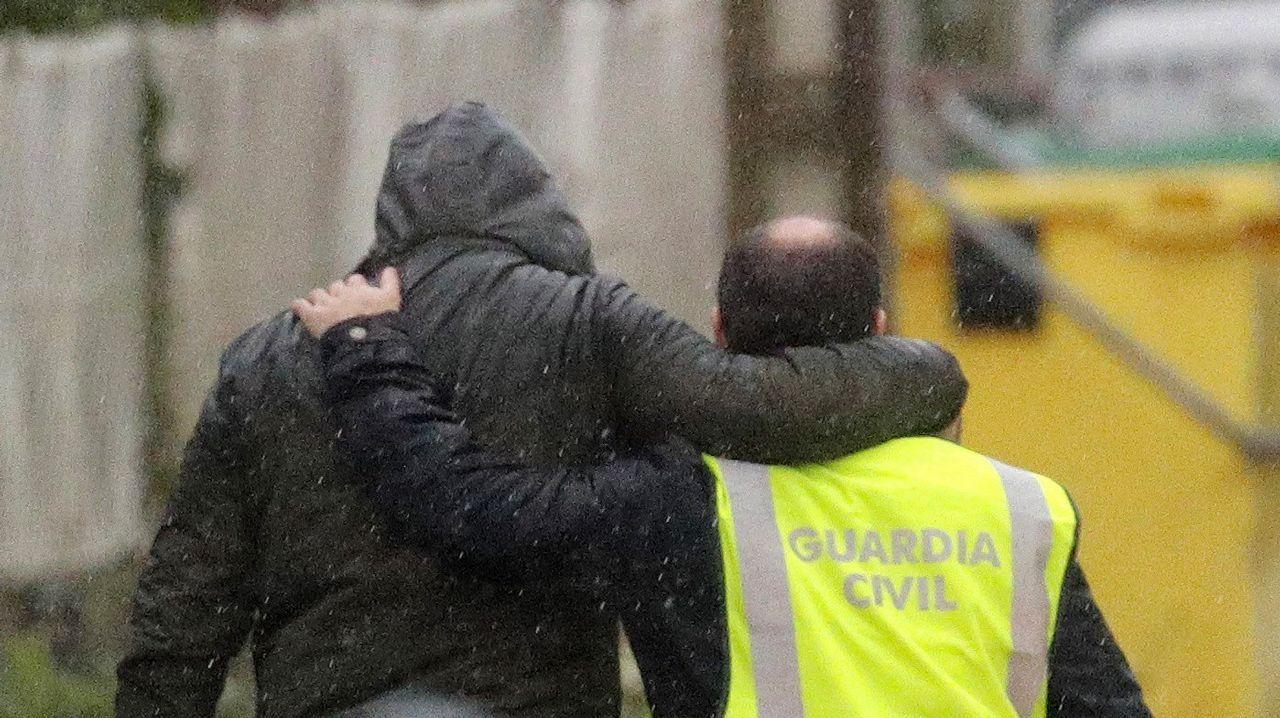 Agentes de la Guardia Civil trasladan a José Enrique Abuín después de un registro realizado en su casa de Rianxo.