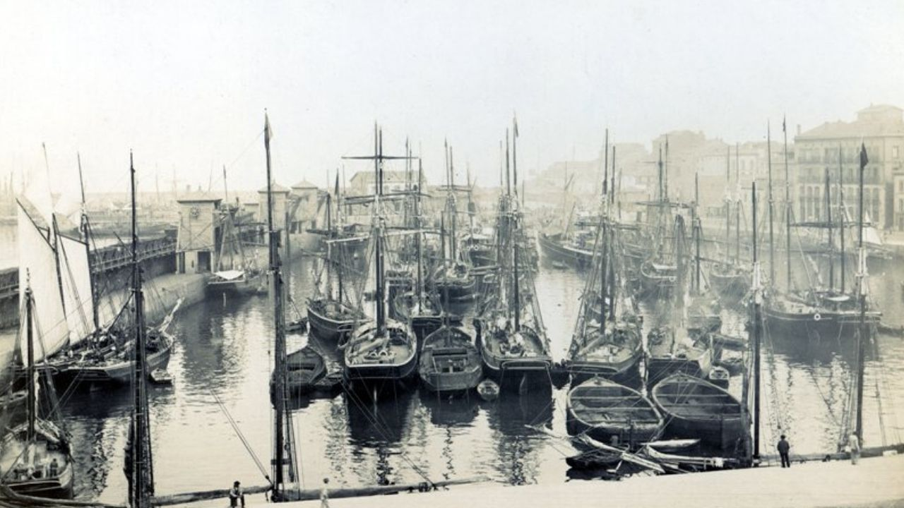 FEBRERU. Vista general del puerto de Gijón hacia 1900. La única fotografía de autor anónimo