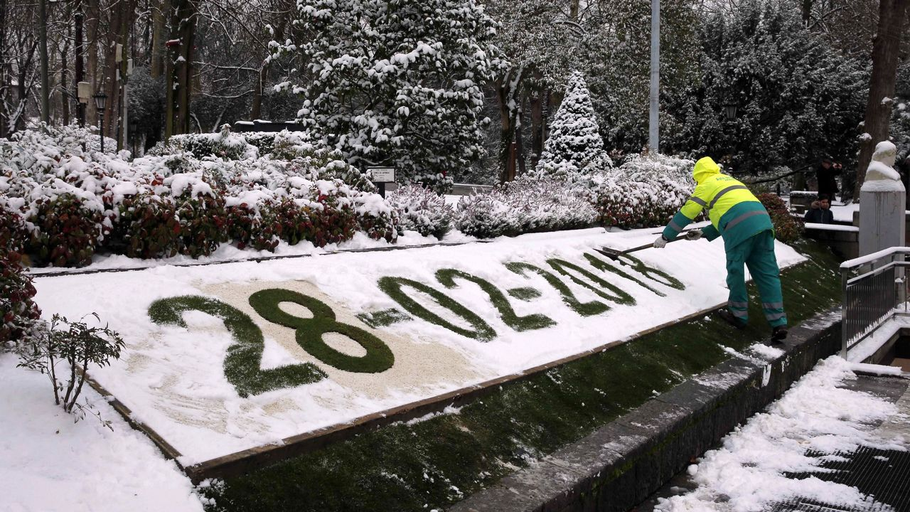 La nieve regresa con más fuerza al Principado.Una niña y su abuela juegan con la nieve en Oviedo