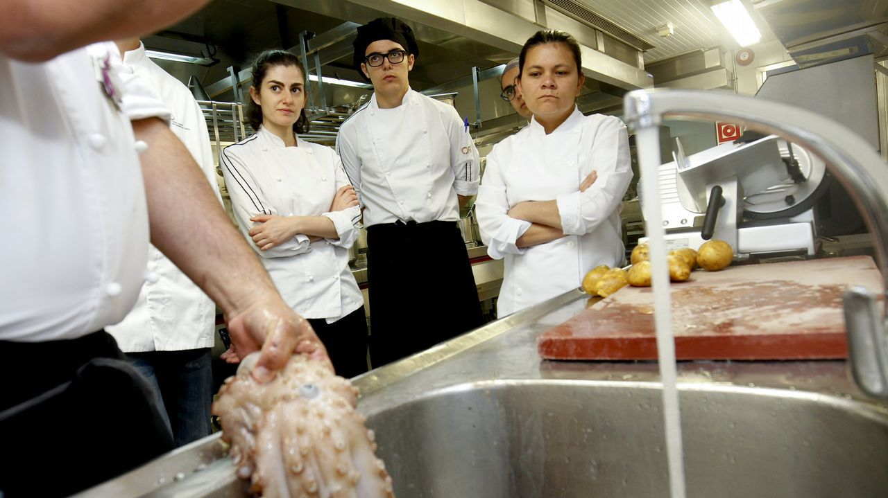 El pulpo, el producto más emblemático de la gastronomía gallega es uno de los primeros alimentos que aprenden a manipular