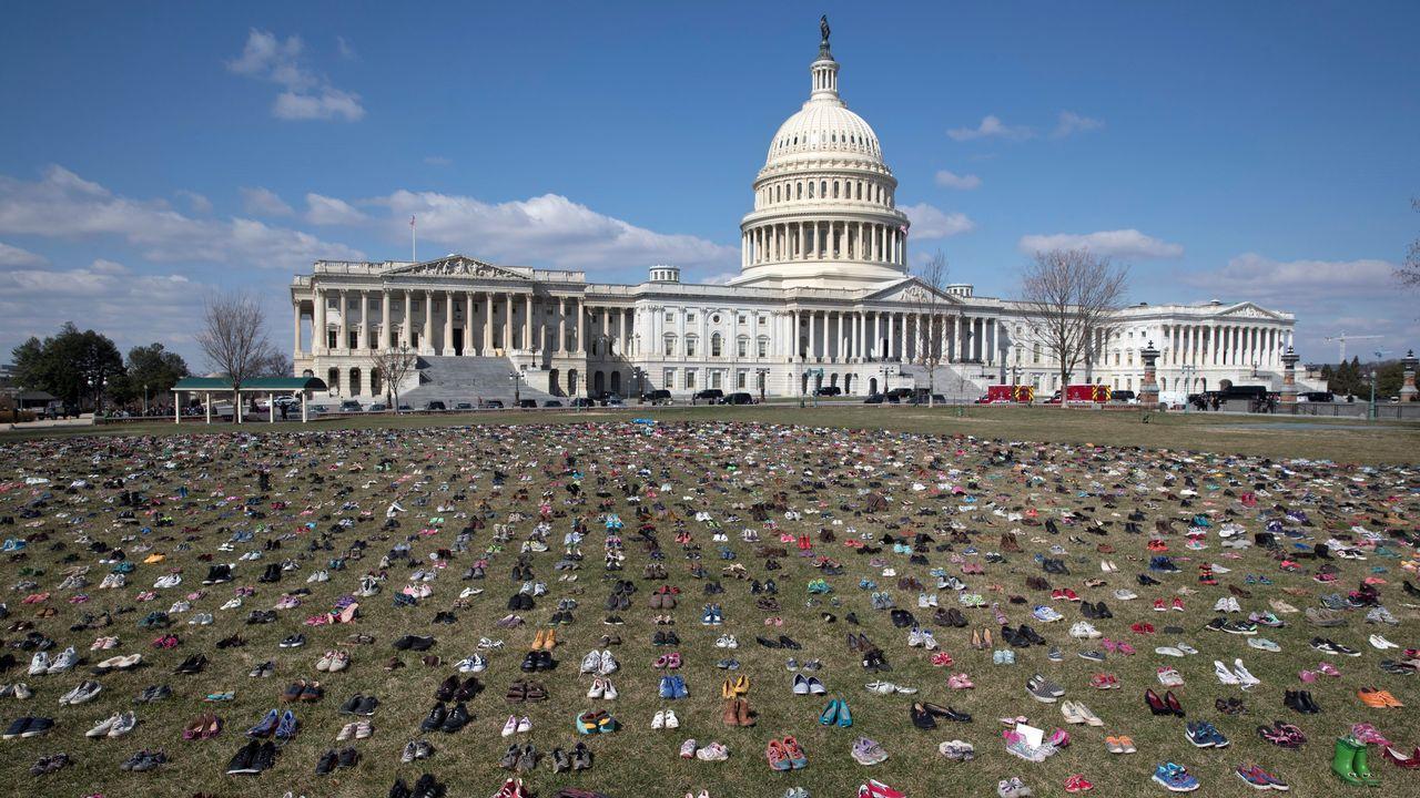 Alrededor de siete mil zapatos representan a los jóvenes fallecidos desde el tiroteo del 14 de diciembre del 2012 en la escuela Sandy Gook de Connecticut
