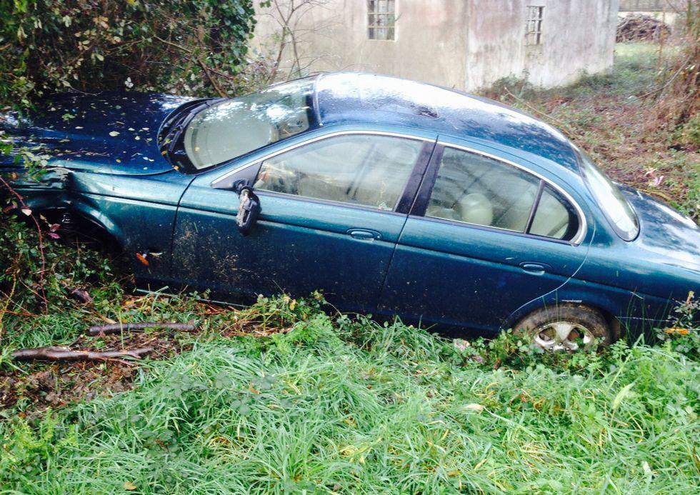 El coche estaba ayer por la mañana en una cuneta de la recta de A Canosa, unos metros antes de Casaldares.