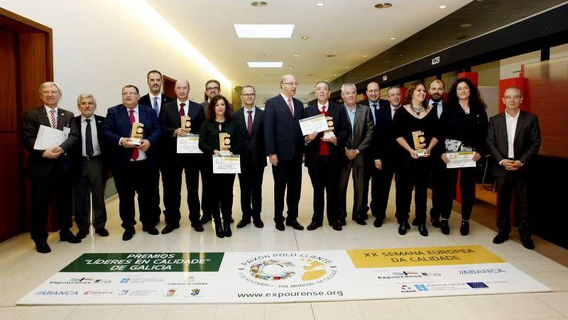 El director de Feiraco (derecha) recogió el premio del presidente de Carrefour (a su lado).