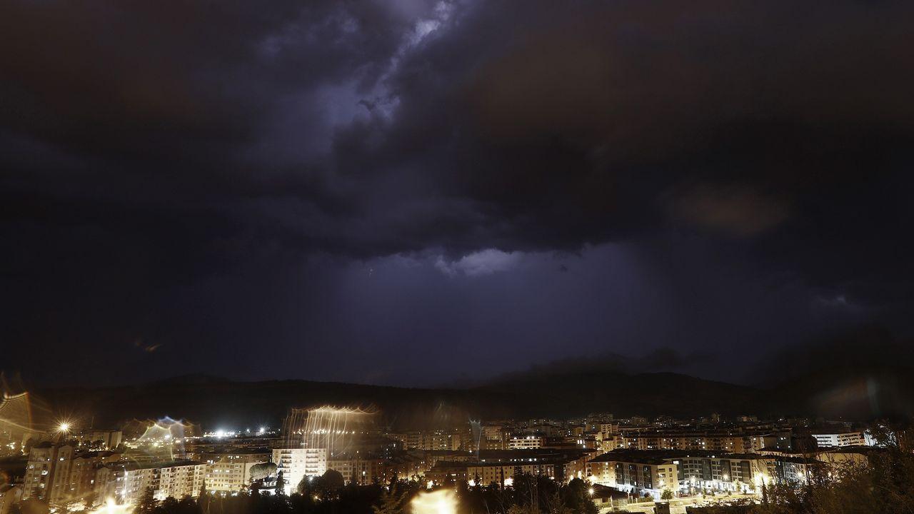 Una fuerte tormenta cayó ayer con numerosos relámpagos y fuertes rachas de viento sobre la capital navarra, Pamplona, que provocaron numerosas incidencias en las que policía municipal y bomberos tuvieron que actuar para solventarlas