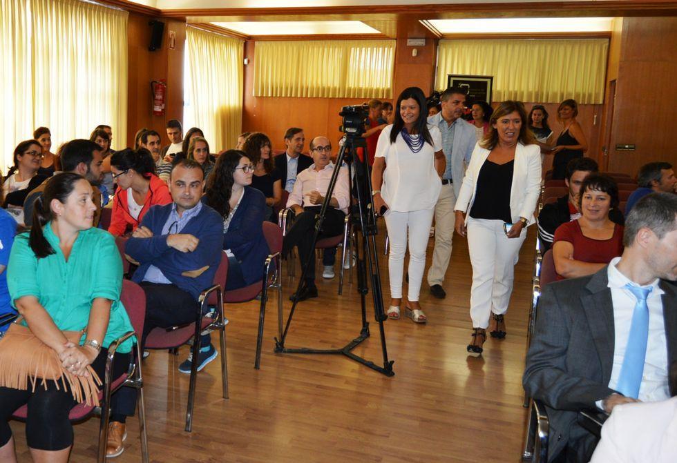 .La conselleira de Traballo y la alcaldesa presentaron ayer los planes de inserción laboral