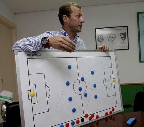 Manolo García muestra sobre una pizarra el esquema tipo del Racing para la próxima liga.