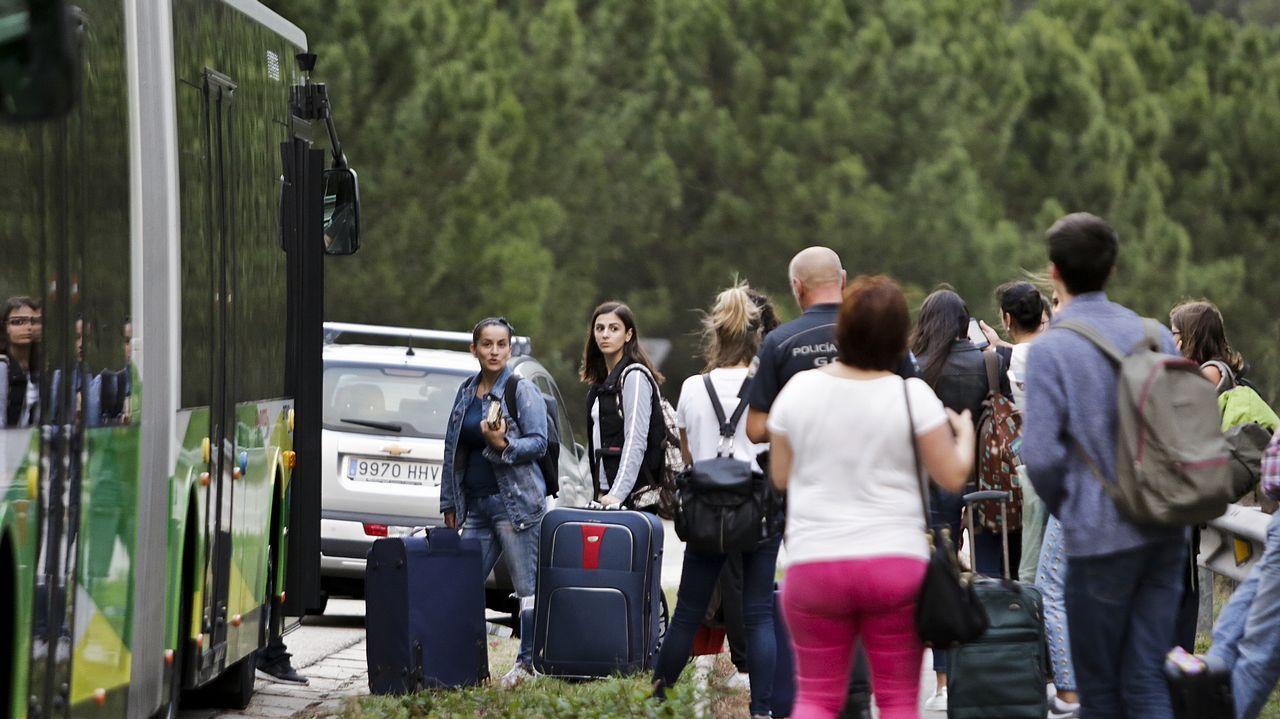 Alumnos universitarios desalojados de la residencia de la Universidad de Vigo. Han sido realojados en hoteles de Vigo