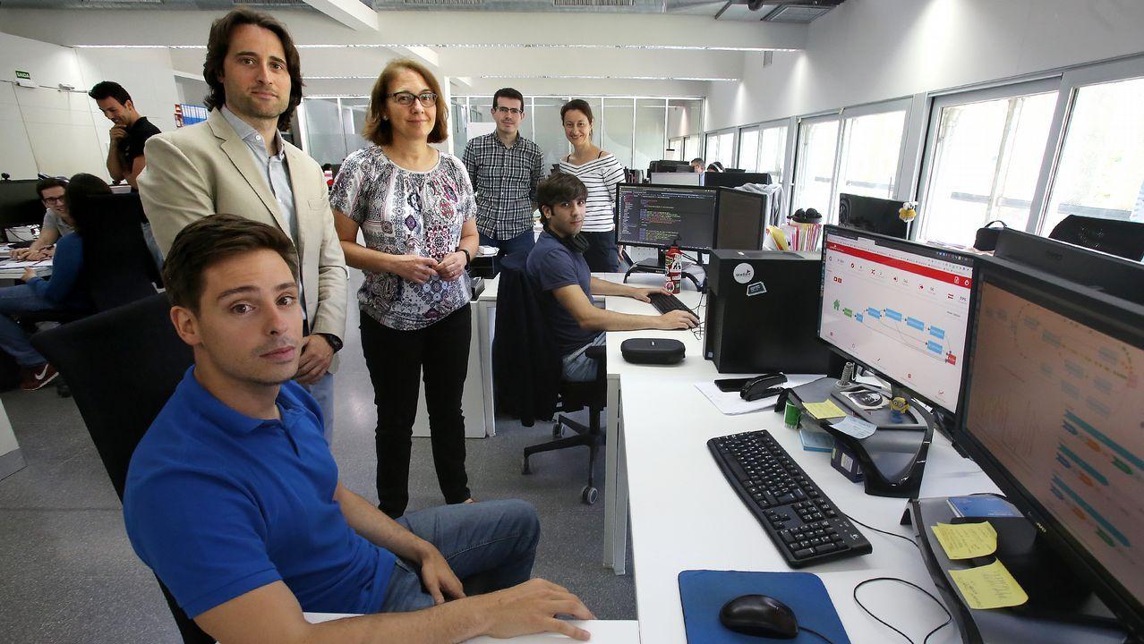 Un grupo de pacientes consulta la ubicación de los servicios en las consultas externas del HUCA.La cabeza de lista de Podemos, Lorena Gil (c), atiende a los periodistas en la Junta Electoral Provincial tras recoger su acta de diputada de la Junta General del Principado.