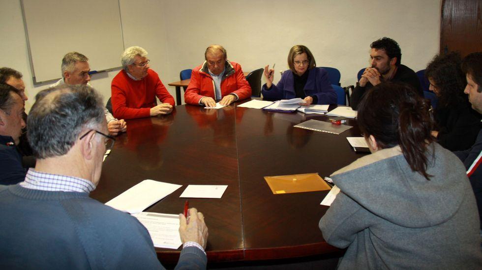 Representantes municipales y de asociaciones de la zona al inicio de la reunión de ayer.