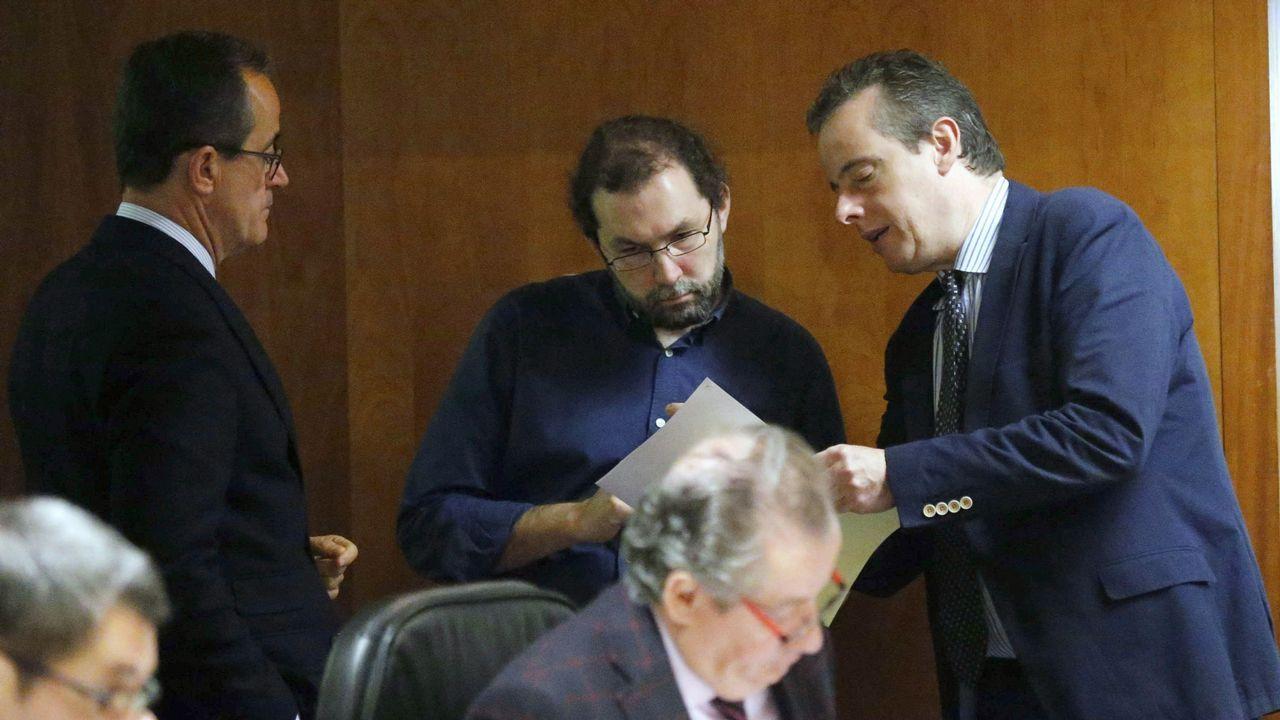 El portavoz del PSOE en la Junta General del Pricipado de Asturias, Marcelino Marcos Líndez (d), y el portavoz de Podemos, Emilio León (c), durante la tercera jornada del debate de orientación política general que se celebró en la Junta General del Principado.