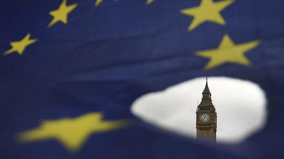 «Brexit». El Big Ben asoma por un roto en una bandera de la Unión Europea en Londres.