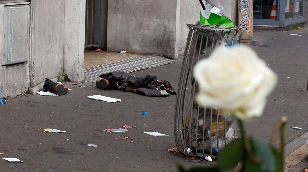 Ropa abandonada cerca de la sala Bataclan, principal objetivo de los terroristas.