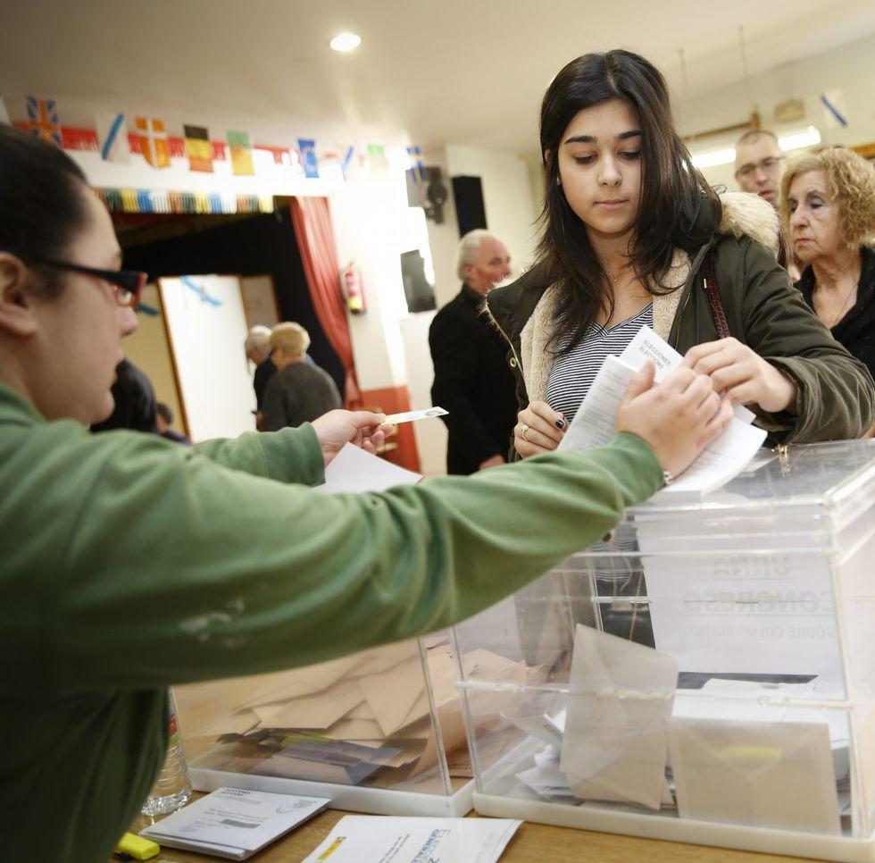 .Paula, ejerciendo por vez primera su derecho al voto