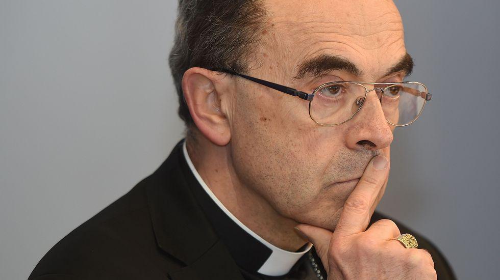La policía belga evita que cientos de neonazis revienten la concentración.El arzobispo de Lyon, Philippe Barbarin.