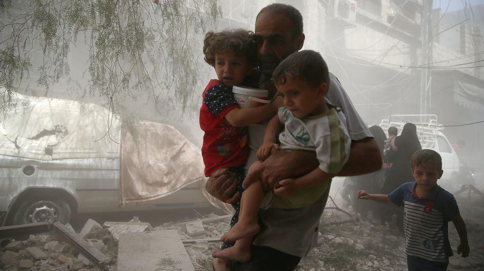 Un hombre huye de los bombardeos del régimen sobre la sitiada Douma, bajo el control rebelde en el suburbio de Damasco.